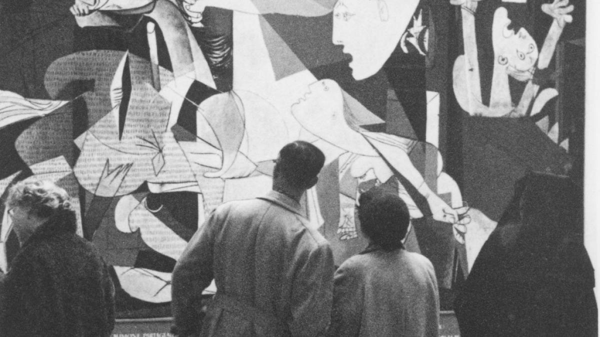 Visitors to the Haus der Kunst in front of Guernica