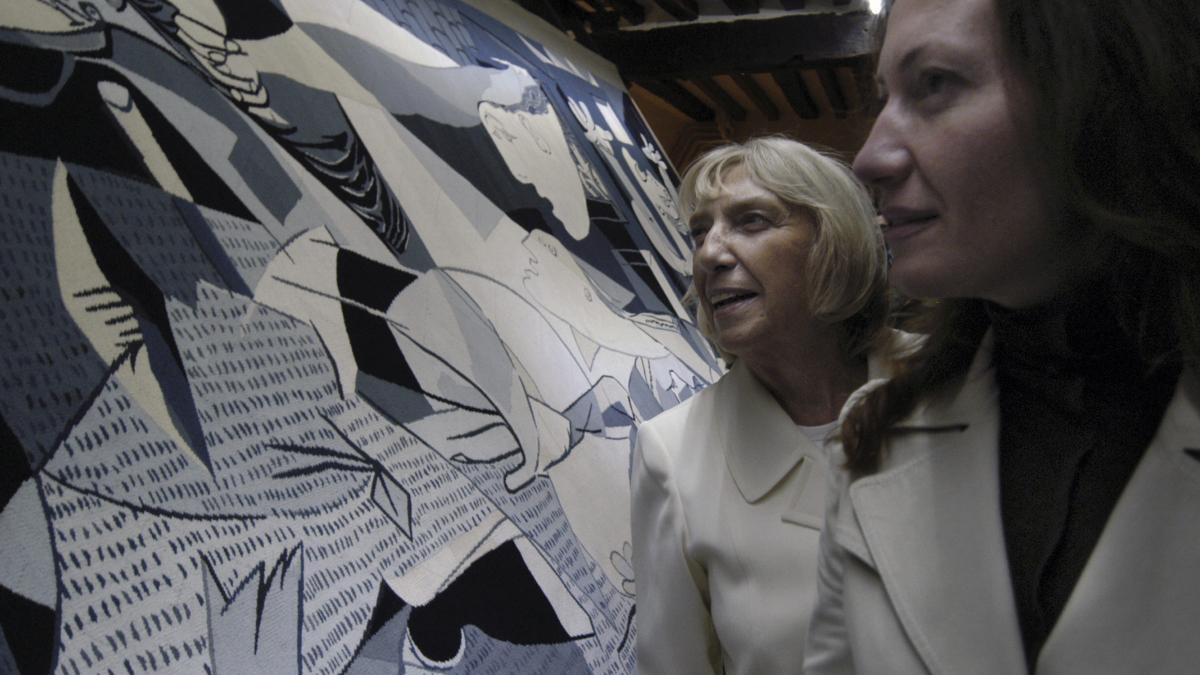 Maya Picasso y Diana Widmeyer Picasso observan la réplica de Guernica en tapiz en el Atelier Picasso en París