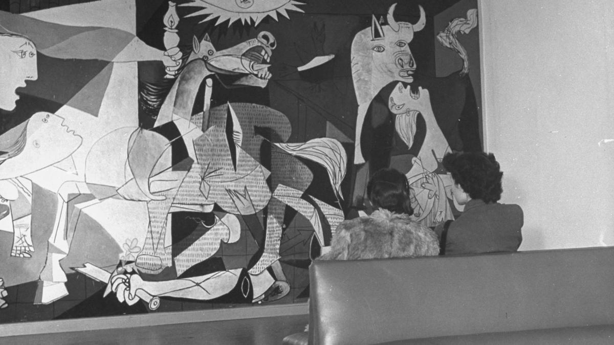 Mujeres contemplando Guernica en el Museum of Modern Art de Nueva York